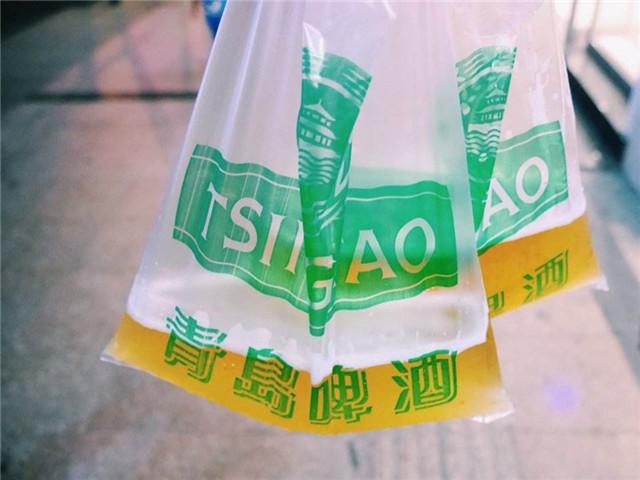 去青岛玩哪里可以吃海鲜喝袋啤酒便宜还不贵?