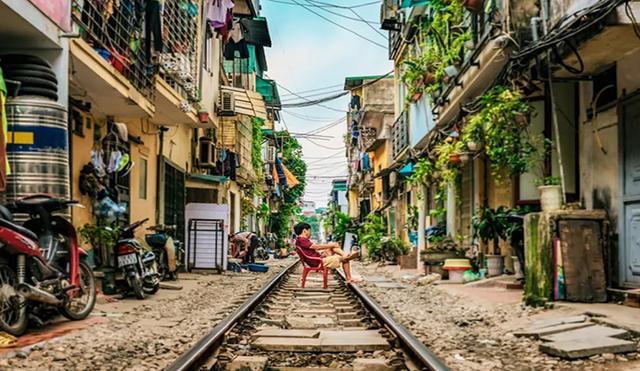 又一个铁道迷的天堂,贯穿在民宅之间的铁路,是河内旅行独特的风景