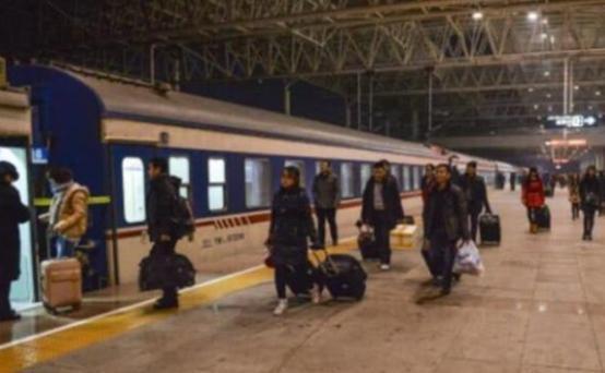 为什么当火车大半夜经过某些地方时,乘务员会尽快拉上窗帘呢?